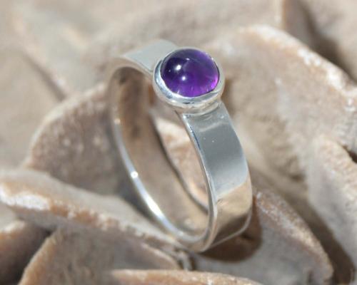 Ring amethist zilver: dieppaarse amethist gezet op glanzend zilveren ring, handgemaakt door LYAM edelsmeden edelsmid