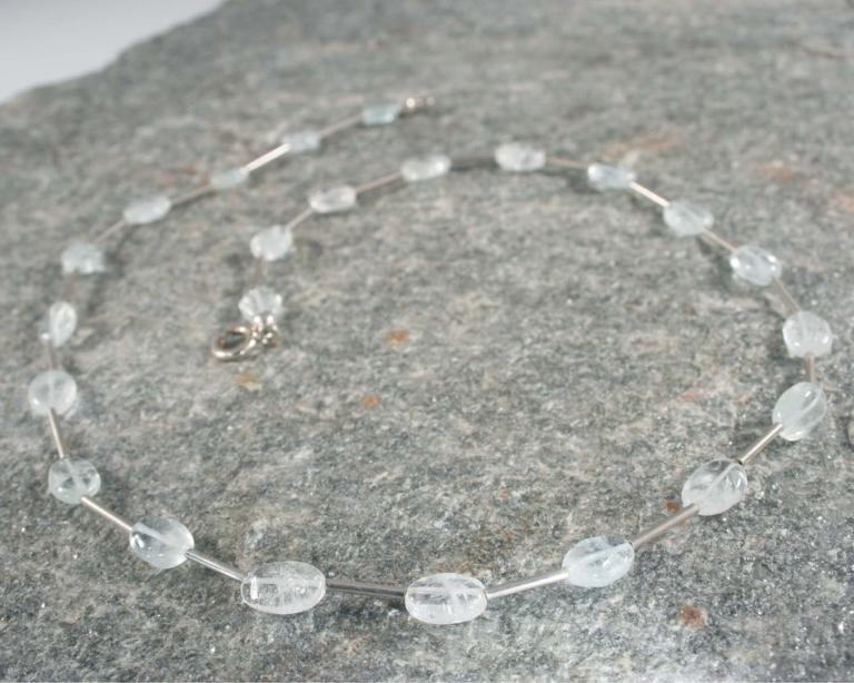 Ketting aquamarijn en zilver: heldere zachtblauwe aquamarijnen gecombineerd met zilveren staafjes, handgemaakt.