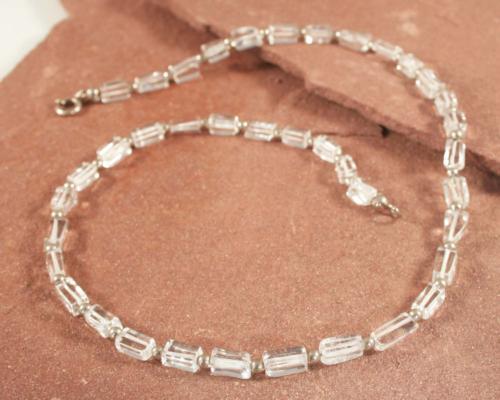 Ketting Bergkristal en zilver: rechthoekige bergkristallen zijn gecombineerd met zilveren balletjes. Handgemaakt door LYAM edelsmeden edelsmid Joure Friesland.
