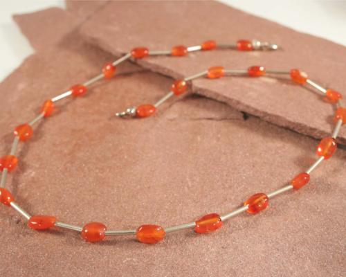 Ketting carneool en zilver, oranje edelsteen met staafjes zilver, handgemaakt door LYAM edelsmeden. In diverse maten.