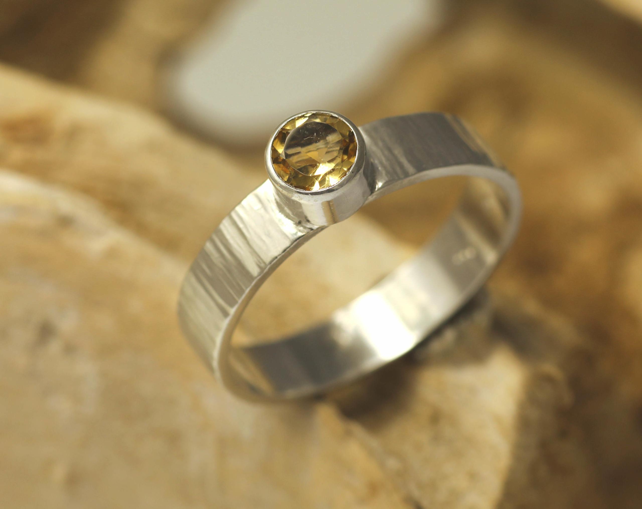 Ring citrien en zilver, gehamerd en handgemaakt edelsmid edelsmeden LYAM
