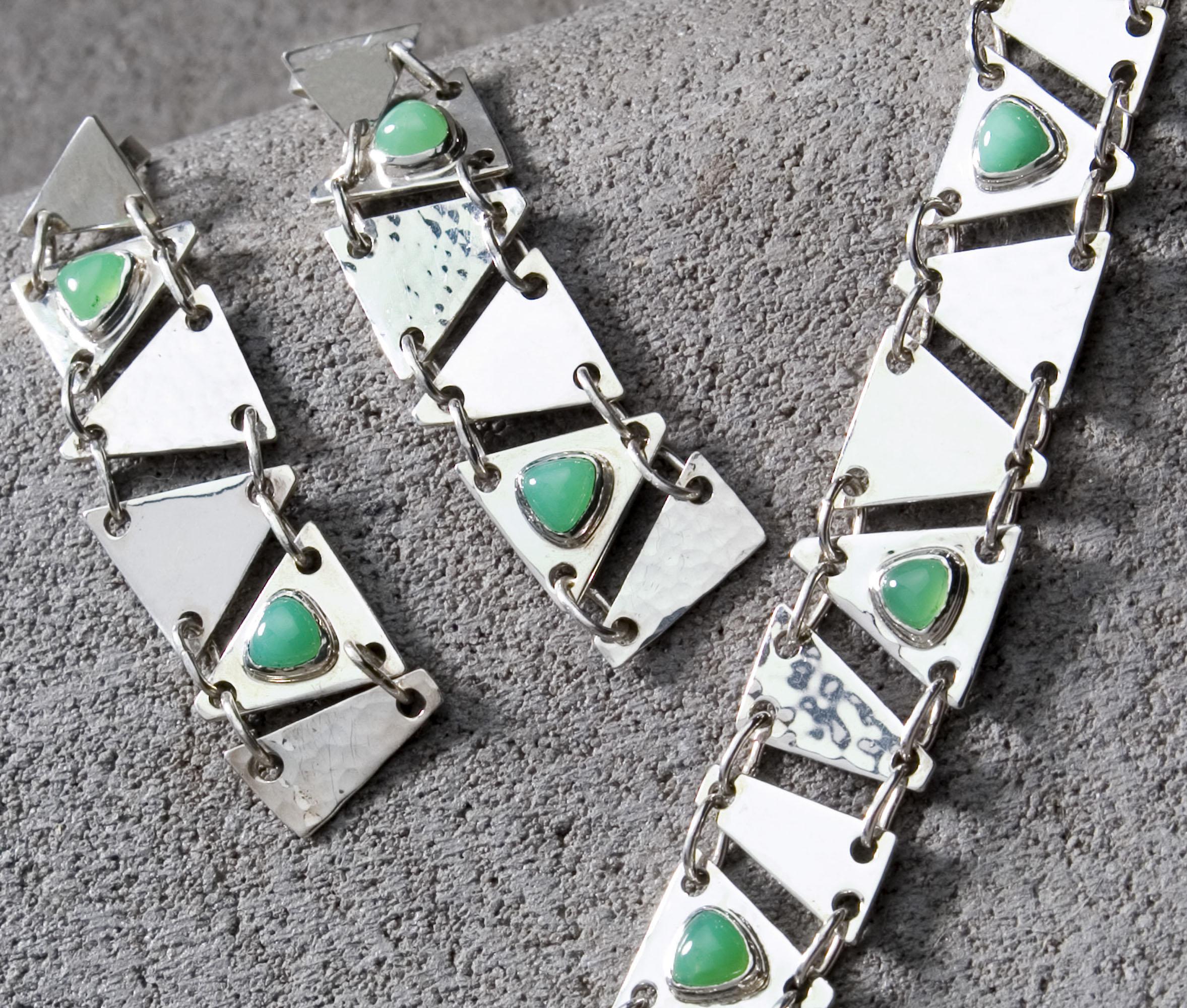 Unieke handgemaakte oorhangers van de edelsmid met groene chrysopraas en zilver. oorsieraad oorsieraden