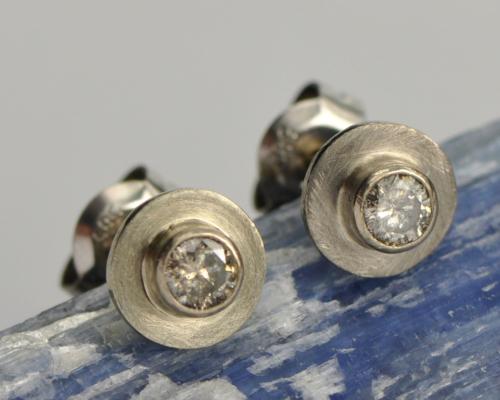 wotgouden oorbellen geschuurd met champagnediamant piquee