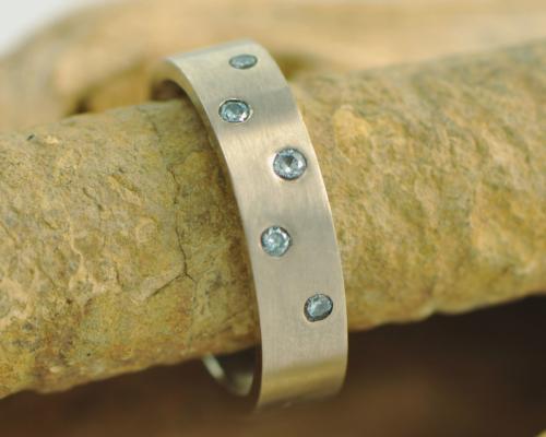 Witgouden ring met blauwe diamantjes Cassiopeia Blauw handgemaakt door LYAM