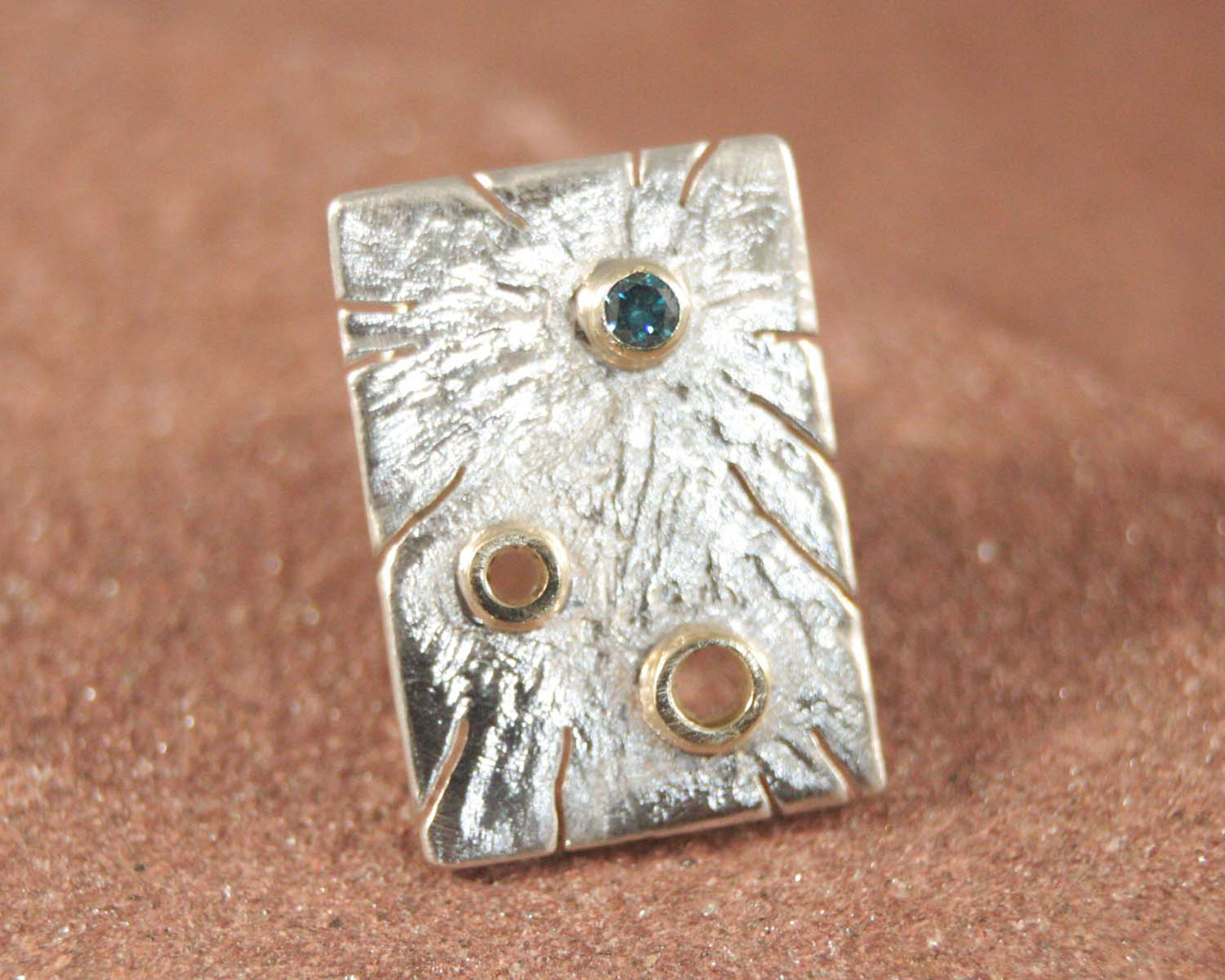 Reversknoop zilver, goud en blauwe diamant, unieke vormgeving. Handgemaakt LYAM edelsmeden.