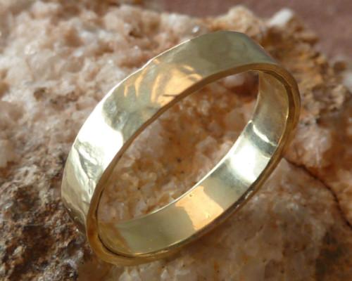 Herenring gehamerd geel goud, trouwring relatiering mat ruig uiterlijk handgemaakt