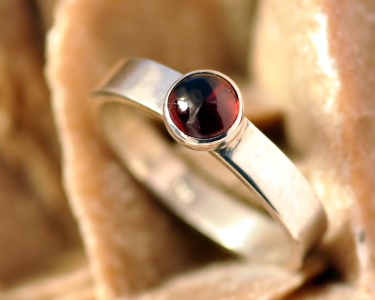 Ring granaat en zilver: een basic ontwerp zilveren ring met rode granaat, handgemaakt door LYAM edelsmeden edelsmid