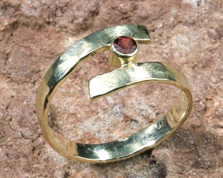 """Gouden ring met granaat """"Curl"""" handgemaakt door LYAM edelsmeden"""