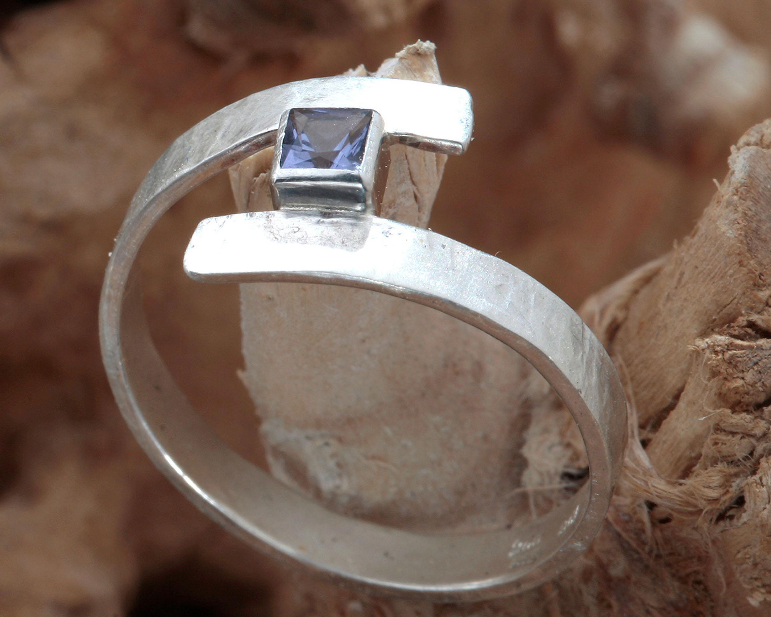 ring zilver met blauwe ioliet in speelse vormgeving (Curl)
