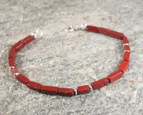 Armband jaspis en zilver: mooi basic ontwerp waarbij rechthoekige baksteenrode jaspis is gecombineerd met zilveren elementjes. Handgemaakt door LYAM edelsmeden edlsmid