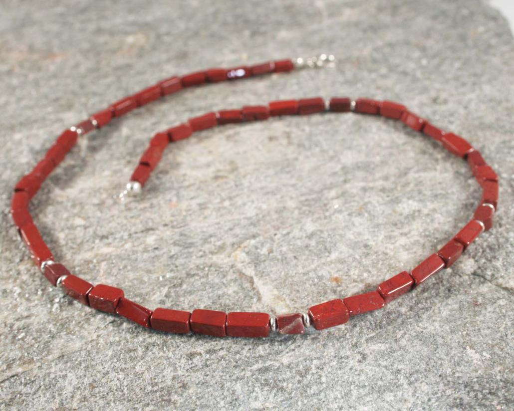 Ketting jaspis en zilver: rechthoekige baksteenrode jaspis en gecombineerd met zilveren elementjes in deze handgemaakte ketting van LYAM.