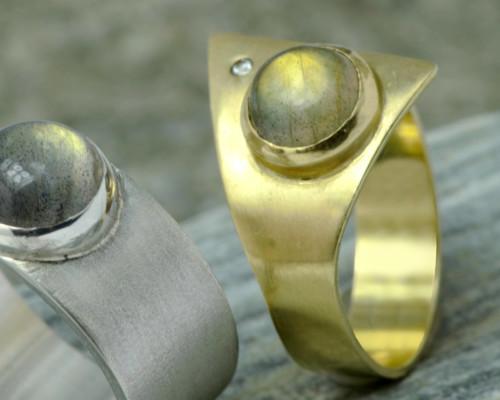 Ring goud en labradoriet: gele labradoriet en diamant in bijzonder vormgegeven geelgouden ring