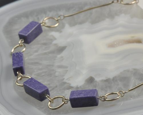 Ketting Lepidoliet en zilver: lila edelsteen, zeldzaam, gecomibineerd met zilver. Handgemaakt en uniek unicum LYAM edelsmeden edelsmid