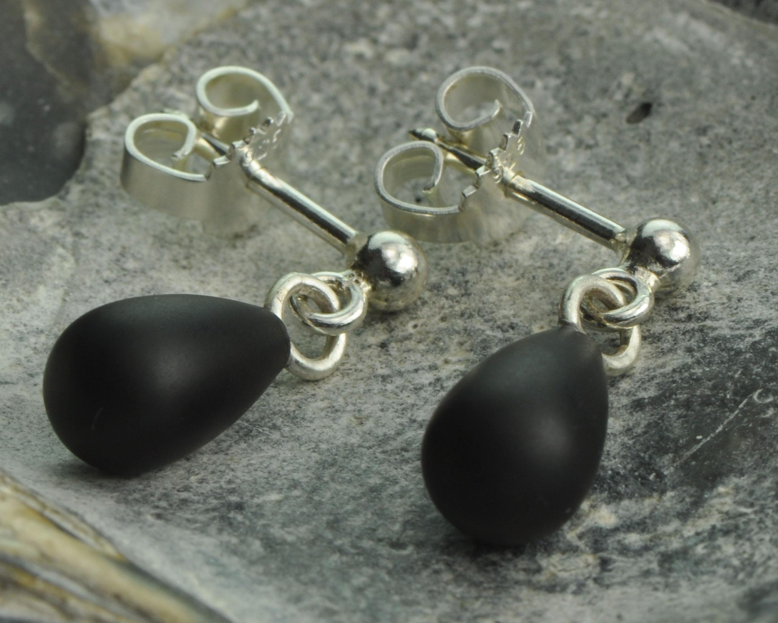 Onyx oorhangers met zilver: druppelvormige onyxstenen aan zilveren oorstekers, matte onyx mat afgewerkt handgemaakt, oorhangers
