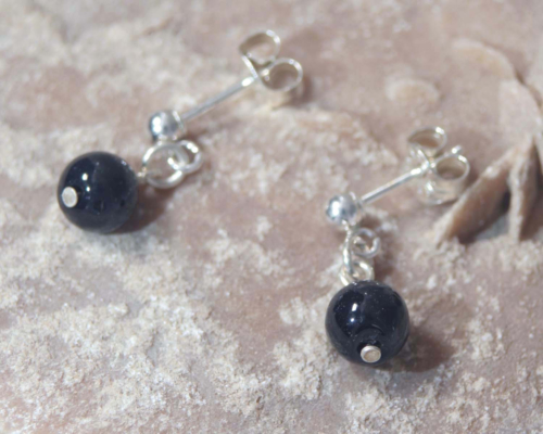 Zilveren oorhangertjes met onyx, zwarte steentjes, oorstekers