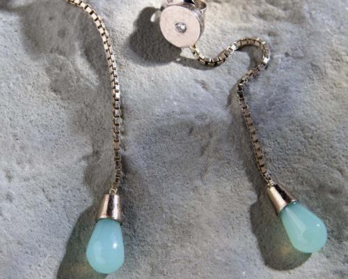 Oorhangers Andesopaal: witgouden oorbellen met blauwe Andesopaal opalen en diamantjes op gematteerd witgoud