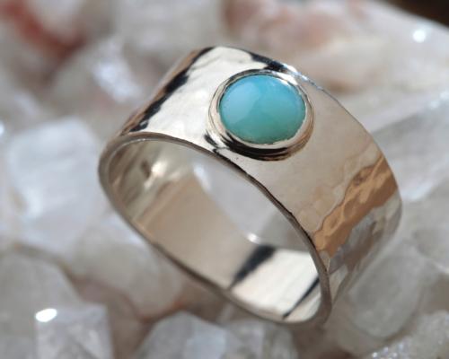 brede ring witgoud gehamerd met Andes Opaal handgemaakt door LYAM