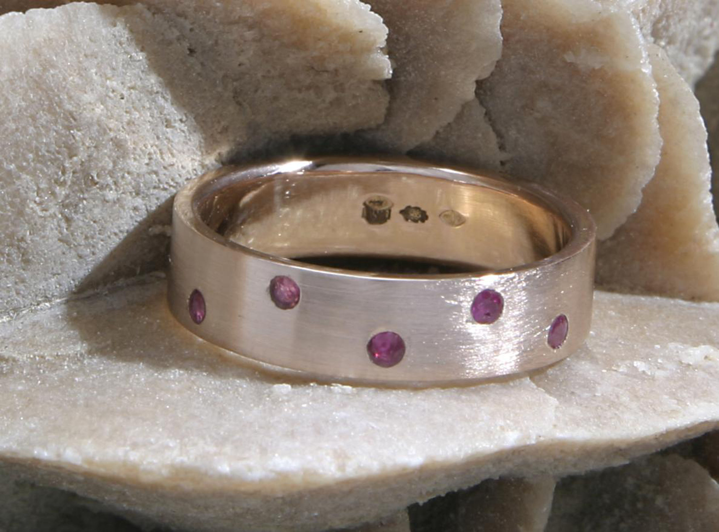 Roodgouden ring met robijn mat roodgoud handgemaakt