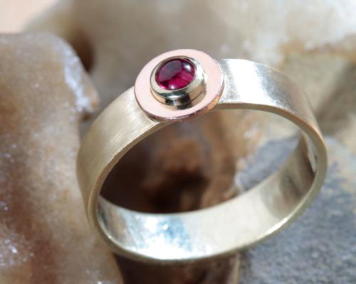 Ring robijn geel en rood goud gematteerd goud relatiering trouwring Pervalidus handgemaakt LYAM edelsmeden edelsmid