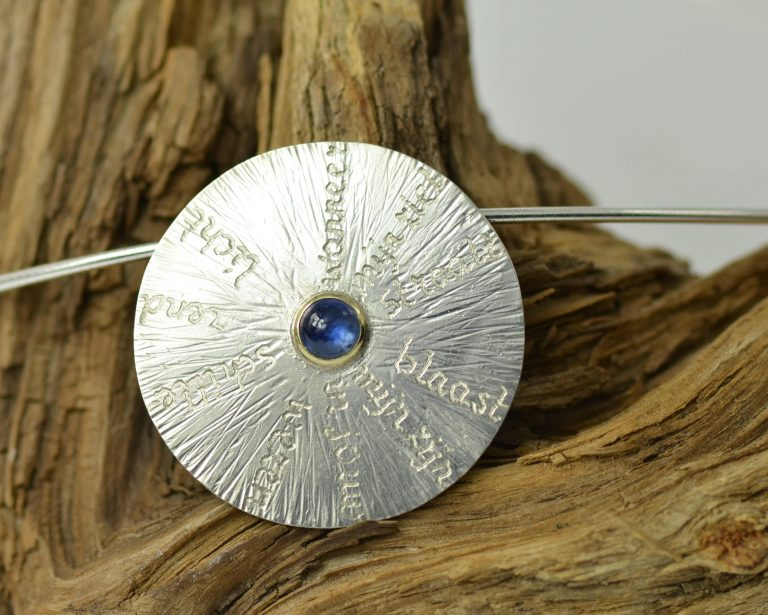 hanger zilver met saffier, Sieraad met Poëzie Bezieling tekst
