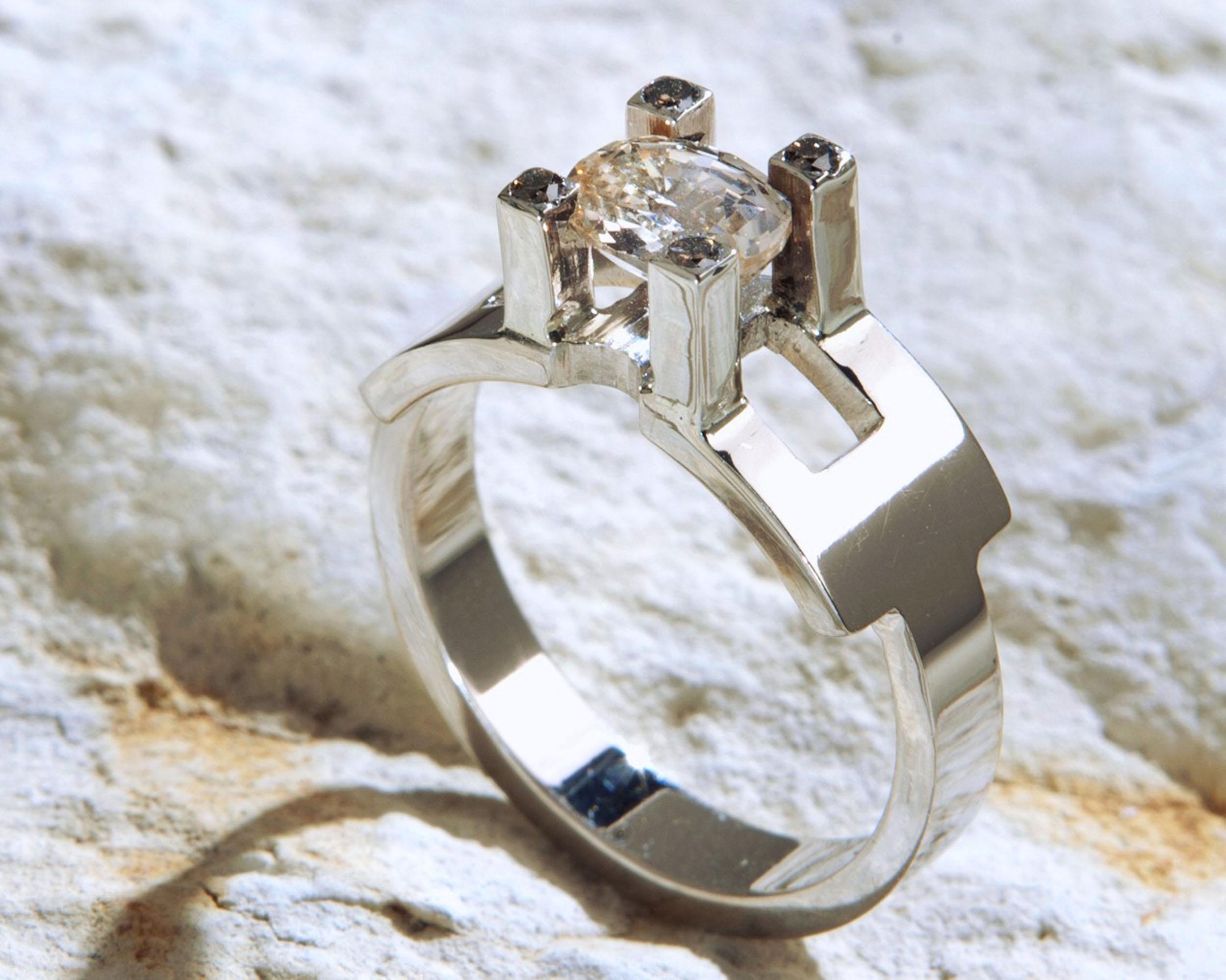 Ring gele saffier en witgoud: lichtgele saffier met prachtige schittering omgeven door diamantjes. Witgoud.