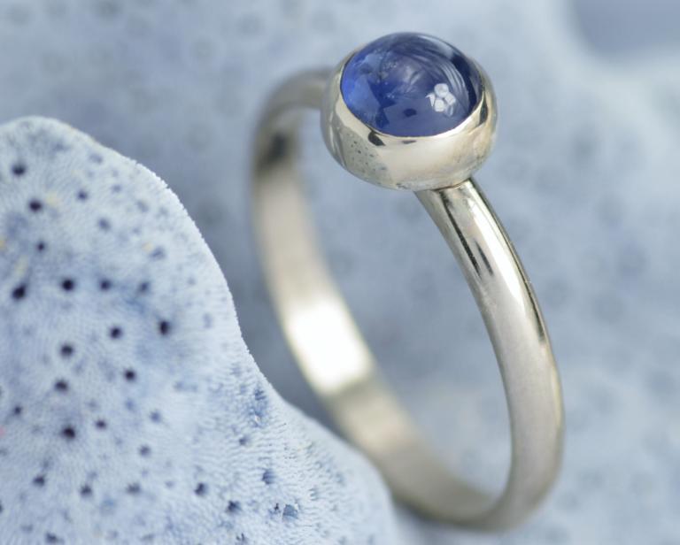 ring witgoud met blauwe saffier trouwring relatiering aanzoeksring