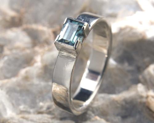 Ring blauwe toermalijn en witgoud