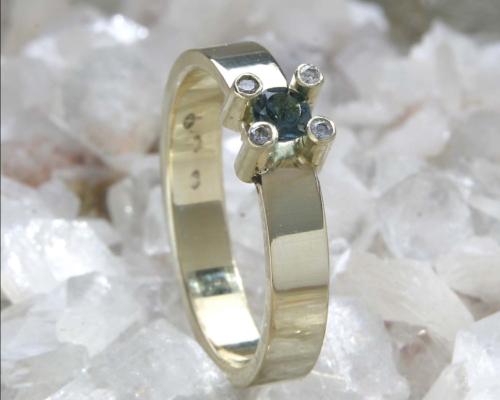 Herenring toermalijn en goud: verfijnde ring met blauwgroene toermalijn (indicoliet) en diamant. Handgemaakt edelsmid edelsmeden
