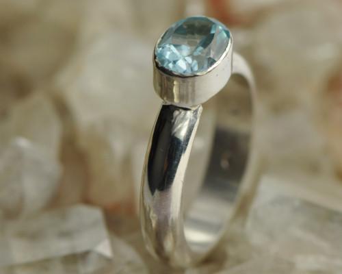 zilveren halfronde ring met blauwe ovale topaas Neo handgemaakt LYAM