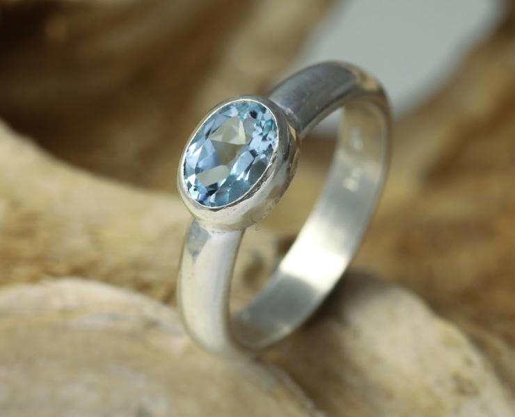Zilveren ring met lichtblauwe topaas