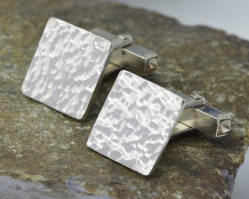 Manchetknopen Hamerslag zilver: mooi bewerkt, vierkant 1,5 x 1,5 cm met handig sluitmechanisme, handgemaakt door LYAM edelsmeden edelsmid