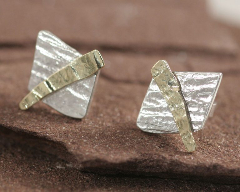 Oorbellen gehamerd zilver en goud oorstekers, handgemaakt door edelsmid gerecycled goud en zilver