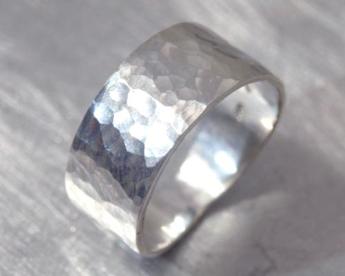 Brede zilveren ring met bewerking, zowel damesring als herenring