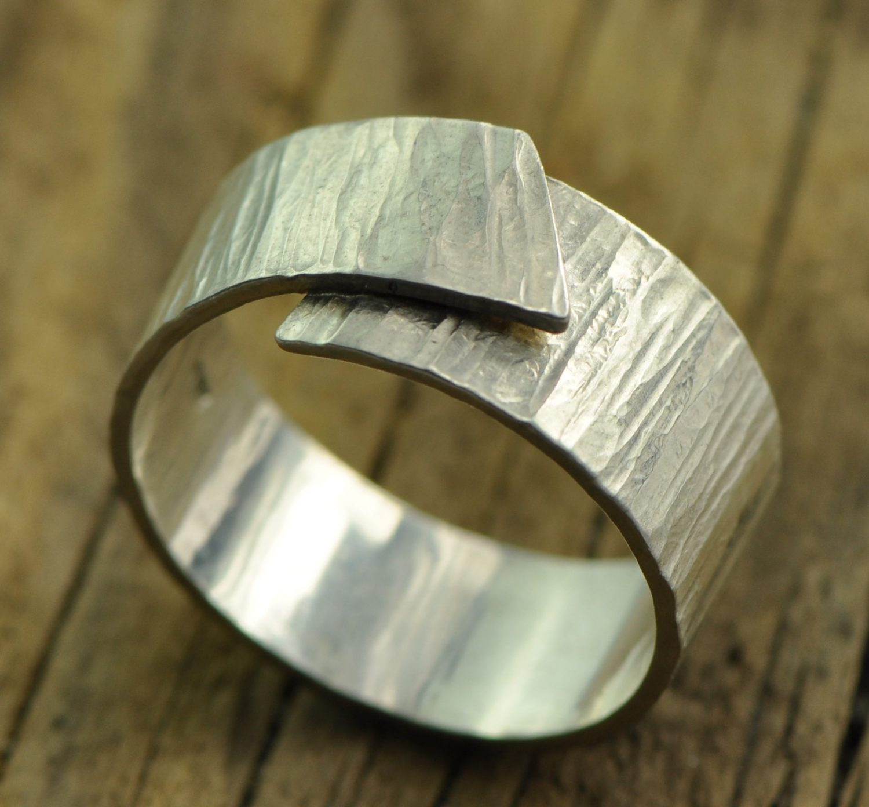 zilveren herenring gehamerd, geruwd zilver