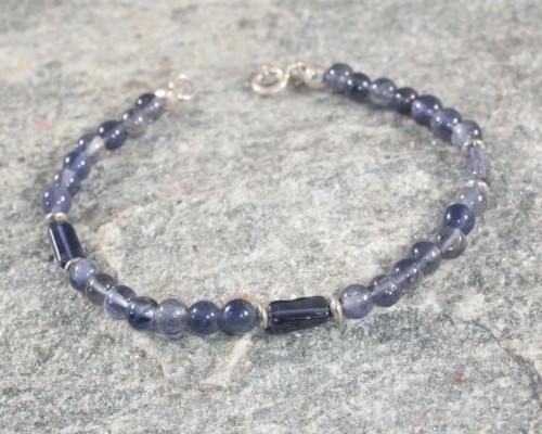 armband ioliet en zilver: blauwe edelsteen gecombineerd met zilveren elementen, handgemaakt