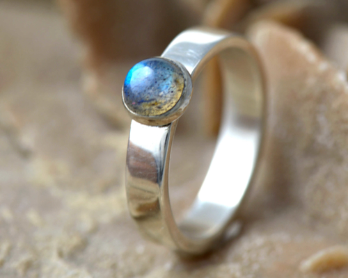 Zilveren ring met groenblauwe labradoriet, Ring Basic Labradoriet groenblauw: zilveren ring met groenblauwe labradorietsteen, handgemaakt door LYAM edelsmeden