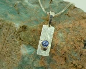 hanger zilver tanzaniet blauwe edelsteen gehamerd