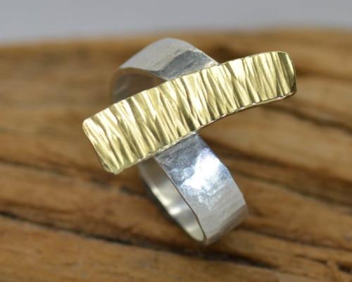 Ring goud en zilver handgemaakt door LYAM edelsmeden bewerkt geruwd gehamerd goud en zilver