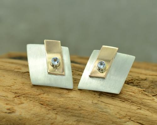 Design-oorbellen aquamarijn en zilver. Oorstekers van mat zilver, roodgoud en aquamarijn, design oorstekers, handgemaakt door LYAM edelsmeden