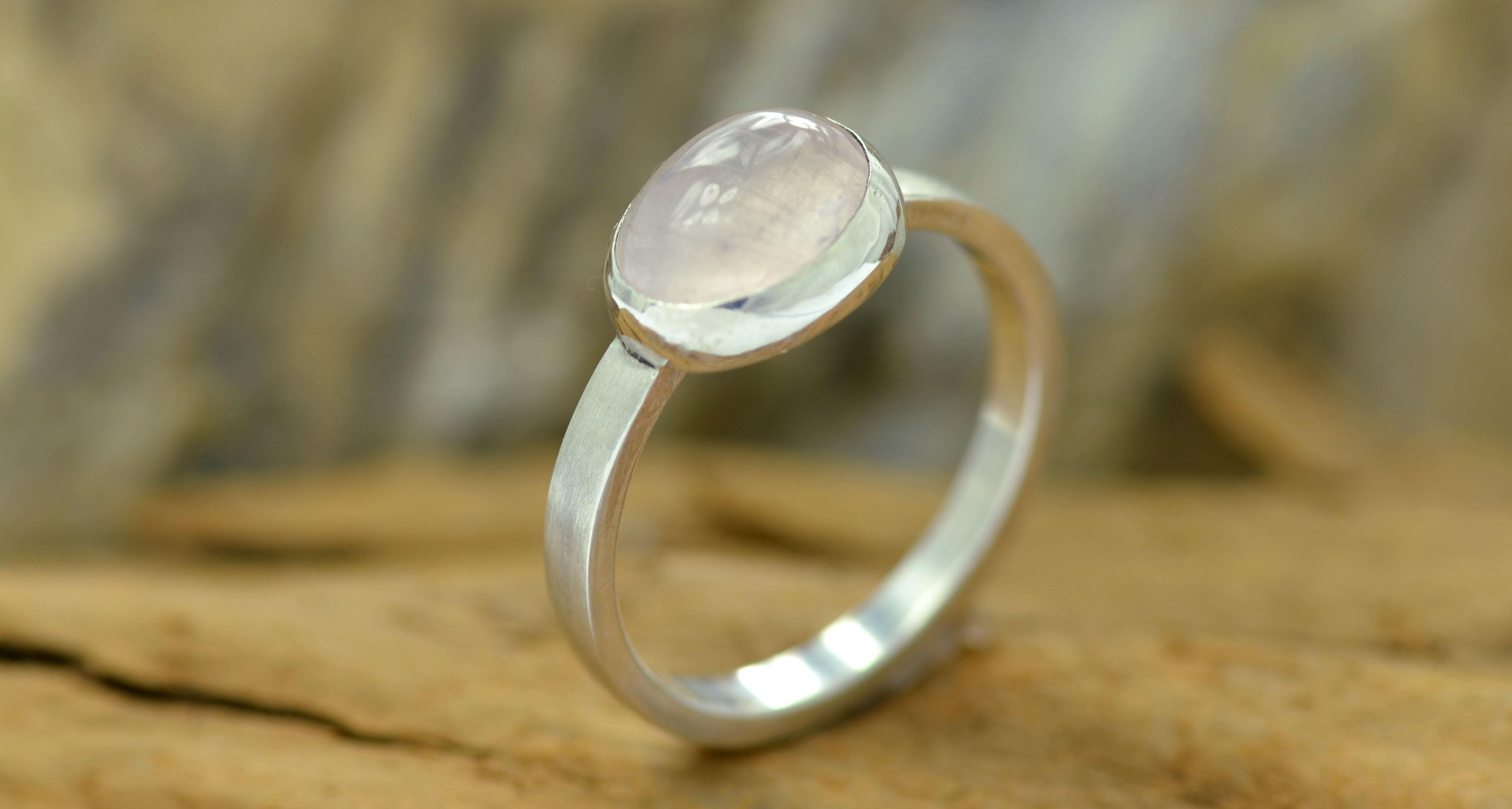 ring rozekwarts edelsteen zilver gematteerd geschuurd