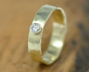 gouden ring met champagnediamant gehamerd LYAM edelsmeden