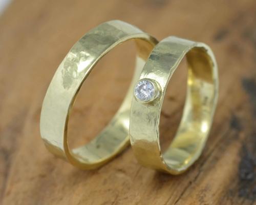 trouwringenset goud damesring goud diamant gehamerd en herenring goud gehamerd nieuwe collectie sieraden LYAM