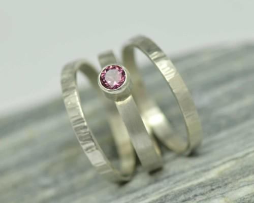 Drievoud: ring van zilver met roze granaat bestaande uit drie losse onderdelen waarvan één met roze granaat