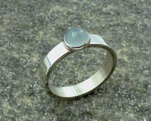 Ring aquamarijn en zilver: basic vormgegeven ring, zachtblauwe lictblauwe edelsteen, handgemaakt door LYAM edelsmeden edelsmid
