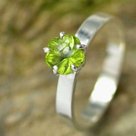 Ring peridoot en zilver, geslepen in bloemvorm handgemaakt LYAM edelsmeden