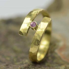 gouden ring met roze saffier handgemaakt edelsmid edelsmeden