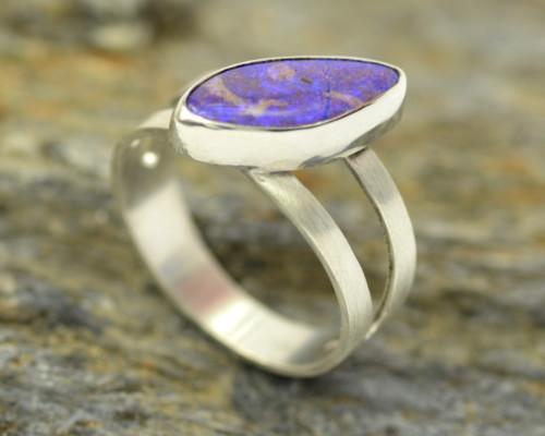 Ring Boulderopaal zilver: unieke opengewerkte ring van gematteerd zilver met lilakleurige opaal