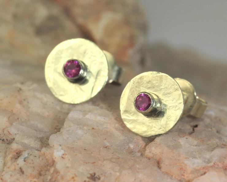Oorbellen Kracht van goud en robijn, gehamerd goud handgemaakt edelsmid online kopen