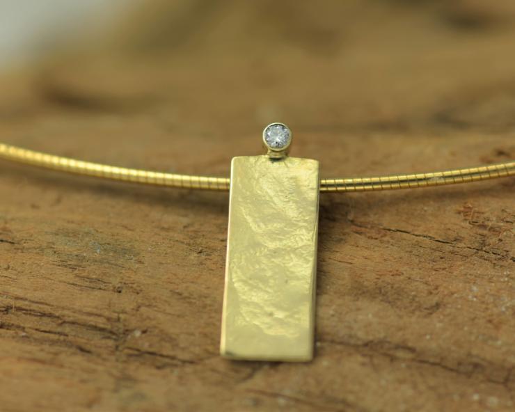 Hanger goud en diamant, handgemaakt , gehamerd goud