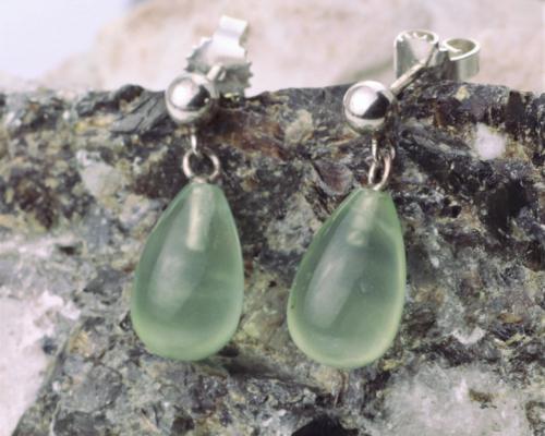 Oorbellen Prehniet, zachtgroene edelstenen prehnieten druppelvormig aan zilveren oorstekers oorbellen oorhangers handgemaakt LYAM edelsmeden edelsmid